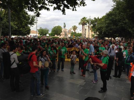Los participantes en la Diada de la Llengua, en la Plaza de España de Palma.