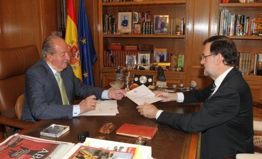 El rey Juan Carlos I le ha entregado a Mariano Rajoy la carta de abdicación.