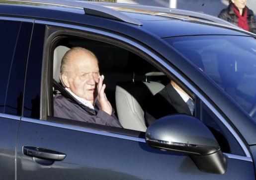 El Rey Juan Carlos, a su llegada al Hospital Universitario Quirón de Madrid para ser sometido a la operación en la que el cirujano Miguel Cabanela le implantó una prótesis definitiva en la cadera izquierda, el pasado 22 de noviembre.