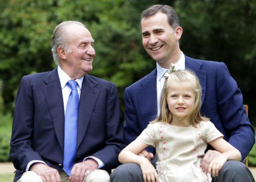 Fotografía de archivo (10/09/2012) facilitada por la Casa de Su Majestad el Rey cuando se estrenó la nueva Web de la Casa Real, con una imagen en la que posan el Rey Juan Carlos, el Príncipe de Asturias, y la infanta Leonor.