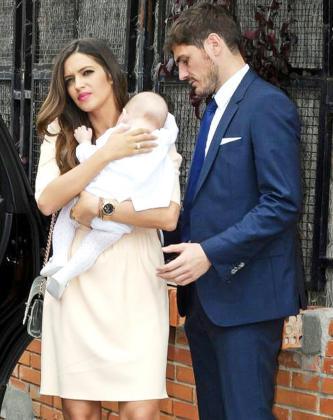 Martín Casillas en brazo de su madre ante la atenta mirada de su padre.