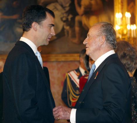 El Rey Juan Carlos conversa con el Príncipe de Asturias,en una imagen de archivo.