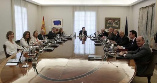 El presidente del Gobierno, Mariano Rajoy (c), ha presidido esta mañana, en el Palacio de la Moncloa, un Consejo de Ministros extraordinario para aprobar la ley orgánica que hará efectiva la abdicación del Rey.