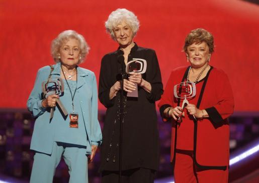 Rue McClanahan, recibiendo un premio junto a sus compañeras de la serie que la la lanzó a la fama.