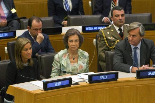 La Reina Sofía, acompañada de la ministra de Sanidad, Servicios Sociales e Igualdad, Ana Mato (i), y el embajador de España ante Naciones Unidas, Román Oyarzun Marchesi (d) durante su asistencia a la Junta ejectiva de Unicef que se celebra los días 3 a 7 de Junio, en Naciones Unidas, y que estará dedicada a la situación de los niños en África.