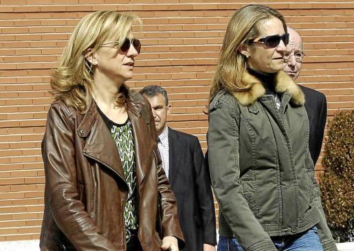 Las Infantas Elena y Cristina dejarán de pertenecer a la Familia Real y pasarán a ser familiares del rey Felipe VI.