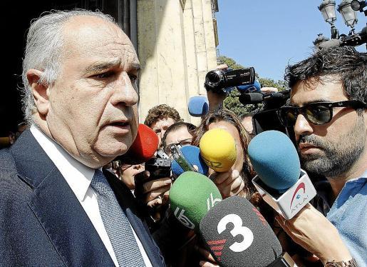 Blasco atiende a los medios al salir del Tribunal Superior de Justicia de la Comunidad Valencia.