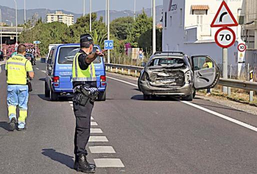Un policía local de Palma, regulando el tráfico.
