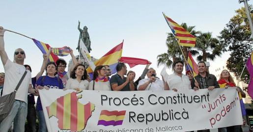 Cargos de varios partidos, también del PSIB, el pasado lunes en la concentración de Palma a favor del referéndum.