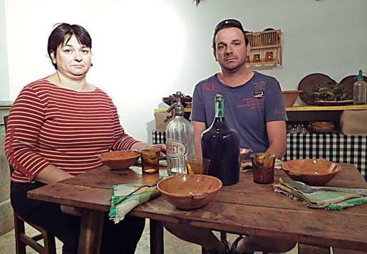 Paula Moyà y Joan Bestard, en la reproducción de la cocina tradicional.