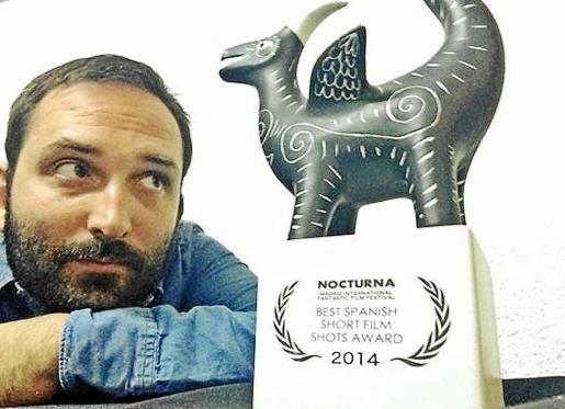 El cineasta Marcos Cabotá, autor de '24 horas con Lucía', con el premio del festival Nocturna.