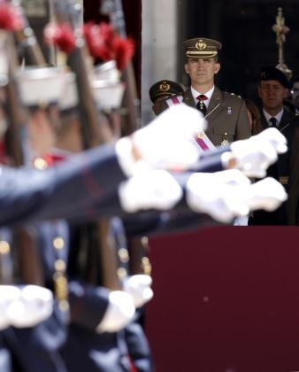 El Príncipe de Asturias contempla desde la tribuna de honor el desfile de la ceremonia militar de la Orden de San Hermenegildo.