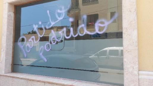 La sede del PP de Manacor ha amanecido este miercoles con diversas pintadas vandálicas en las que se podían leer consignas como «corruptos» o «partido podrido».