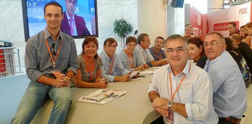 El diputado Pablo Martín, sobre la mesa, y dirigentes del PSIB, en una conferencia política.