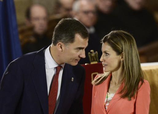 El príncipe Felipe y su esposa doña Letizia durante un acto celebrado este miercoles en Pamplona.