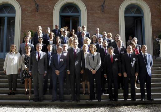 El Príncipe de Asturias posa junto al director general de la Pyme de la Comisión Europea, Daniel Calleja (primera fila 2i), la secretaria general de Industria y de la Pequeña y Mediana Empresa, Begoña Cristeto (primera fila 4d), y otros asistentes, durante la apertura de la reunión de la Red de Enviados Europeos de las Pymes.