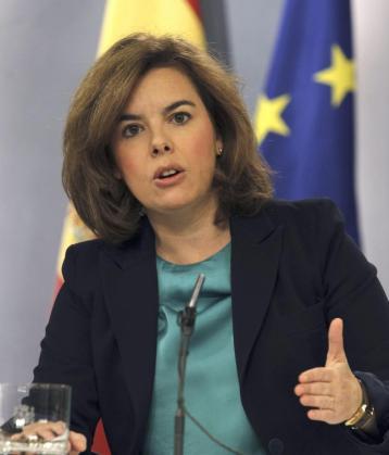 La vicepresidenta del Gobierno, Soraya Sáenz de Santamaría, durante la rueda de prensa que ha ofrecido este viernes tras la reunión del Consejo de Ministros, en la que ha anunciado que España va a empezar a devolver ya 1.300 millones de euros de la ayuda financiera solicitada en el verano de 2012 a sus socios europeos.