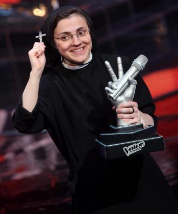 La monja Sor Cristina Scuccia celebra tras ganar la versión italiana del concurso 'La Voz'.