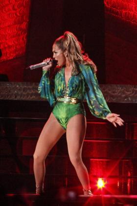 """Fotografía fechada el pasado 4 de junio de 2014 que muestra a Jennifer López, la """"diva de El Bronx"""", durante un concierto en El Bronx de Nueva York (EE.UU.). López volvió a casa y lo hizo a lo grande con un espectacular concierto en la playa donde solía divertirse, con el que no defraudó a su público que cantó, bailó y aplaudió a rabiar a su ídolo, que emocionada, no pudo evitar las lágrimas."""