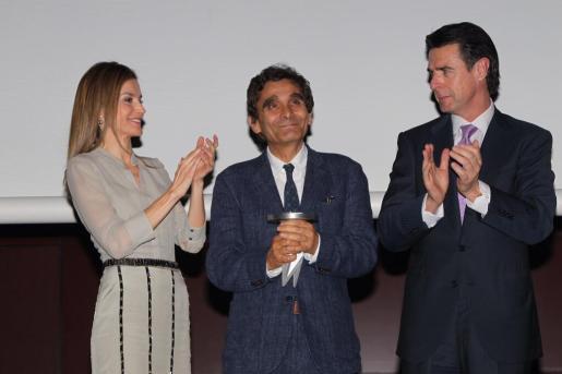 La princesa Letizia (i), junto al ministro Manuel Soria (d), entrega a Adolfo Domínguez (c) el Premi Nacional al Diseñador.