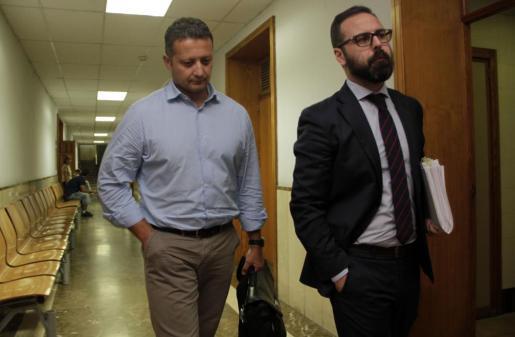 El comisario Rafael Estarellas, a la izquierda, en los juzgados de Palma esta mañana, acompañado por su abogado,