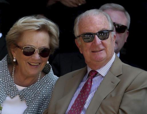 Alberto II y la reina Paola de Bélgica durante una representación realizada por niños durante la última visita de la pareja real a Eupen, la capital de la comunidad germanófona de Bélgica, el jueves 18 de julio de 2013, días antes de ceder el testigo como reyes de Bélgica a su hijo Felipe y su esposa Matilde.