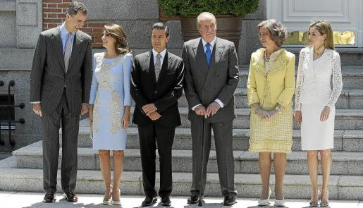 Los Reyes y los príncipes de Asturias posan con el presidente de México, Enrique Peña Nieto, y su esposa, Angélica Rivera.