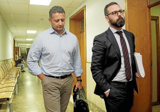 Estarellas (izquierda), junto a su abogado tras declarar en Vía Alemania.