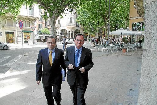 El exconseller Francesc Fiol, derecha, junto a su abogado, Bartomeu Vidal.