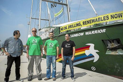 Representantes de Greenpeace, ante el 'Rainbow Warrior', en el puerto de Valencia.