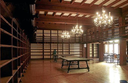 Arriba, el conjunto de estanterías. Abajo, detalle de la decoración en unas imágenes de 2009