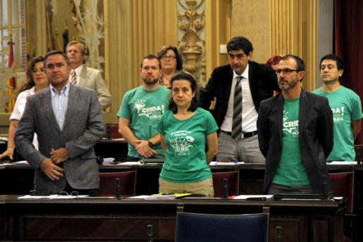 Los diputados de Més per Mallorca, ataviados con la camiseta verde esta mañana en el Parlament.