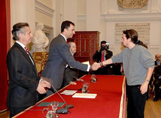 Pablo Iglesias en un saluda al príncipe Felipe en presencia de Miguel Blesa durante un acto organizado por Caja Madrid.