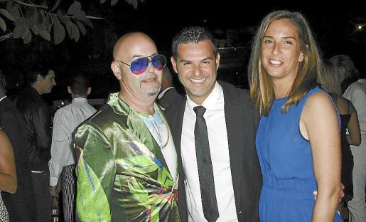 Mico More, el director de Pachá; Chus Iglesias y su esposa, Cristina Negre.