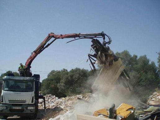 Los operarios ya han empezado a retirar los residuos más pesados.