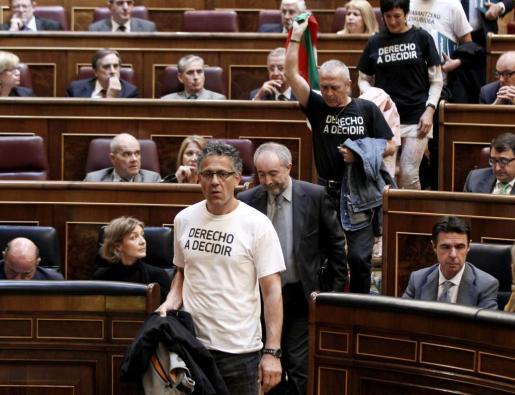 Los diputados de Amaiur abandonan el hemiciclo del Congreso al inicio de la votación de la ley orgánica para hacer efectiva la abdicación del Rey.