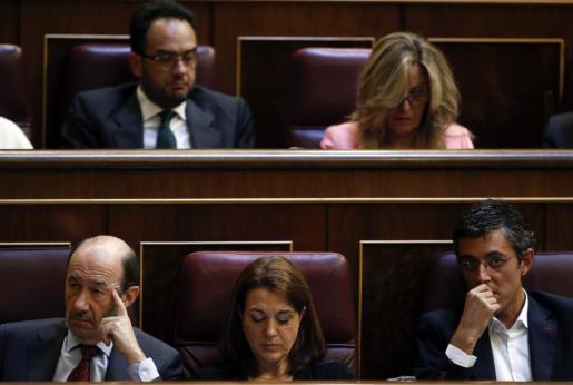 Rodríguez, ayer en el Congreso entre Rubalcaba y Madina.
