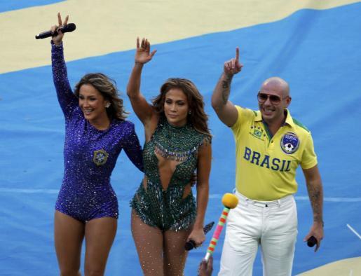 Los cantantes Claudia Leitte (L), Jennifer Lopez (C) y Pitbull fueron los encargados de dar ritmo a la ceremonia de inauguración del Mundial de Brasil 2014.