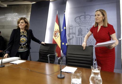 La vicepresidenta del Gobierno, Soraya Sáenz de Santamaría (i), y la ministra de Fomento, Ana Pastor (d), instantes antes de la rueda de prensa tras el Consejo de Ministros celebrado este viernes.
