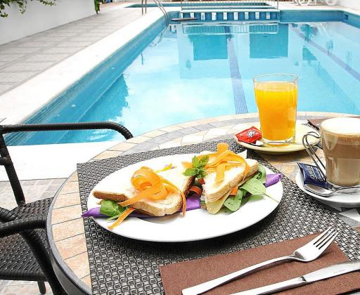 Un buen desayuno o comida a los pies de una piscina no tiene precio en verano.