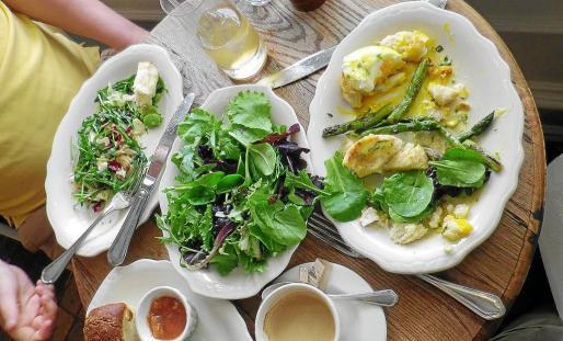 El brunch principalmente consisten en un buffet expuesto como auto-servicio.