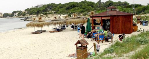 En es Dolç, junto a la Colònia de Sant Jordi, el chiringuito está a pleno rendimiento, con clientes locales y extranjeros.