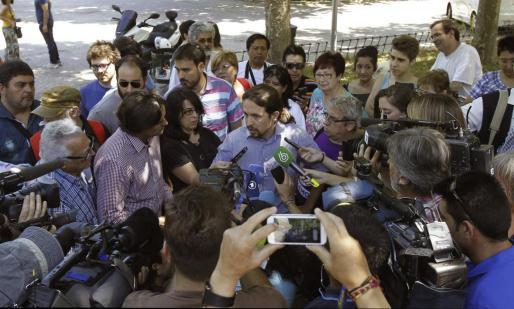 El líder de Podemos, Pablo Iglesias, atiende a los medios tras intervenir en el encuentro estatal que celebra la formación en la Facultad de Filosofía de la Universidad Complutense de Madrid.