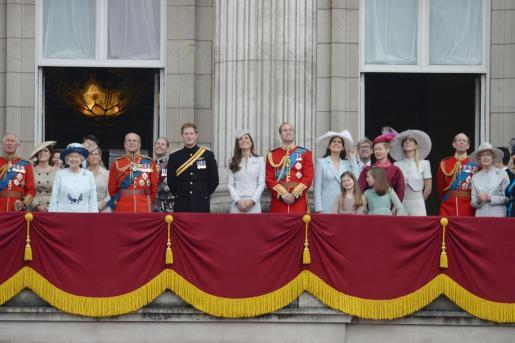 El príncipe Carlos, la reina Isabel II, el príncipe Philip, el príncipe Harry y su mujer, la duquesa de Cambridge.