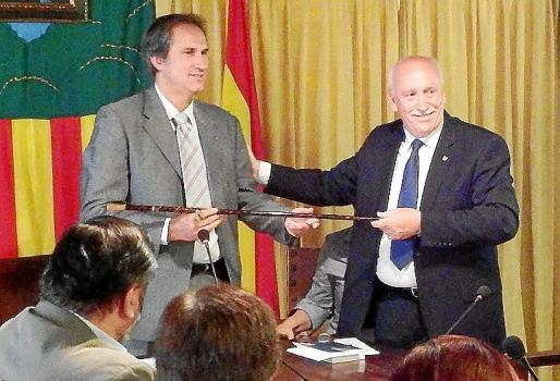 Vila (izquierda), recibiendo la vara del ya exalcalde Nadal Torres.