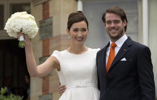 El príncipe Félix de Luxemburgo (d), y su esposa, Claire Lademacher (i), sonríen ante los medios tras contraer matrimonio civil.