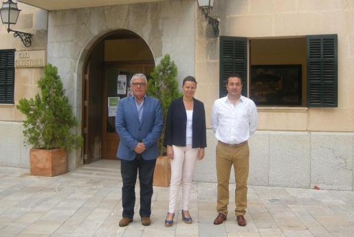 El conseller Bernardí Coll, la presidenta Maria Salom y el alcalde Joan Toni Ripoll, ante las puertas del consistorio de Mancor de la Vall.