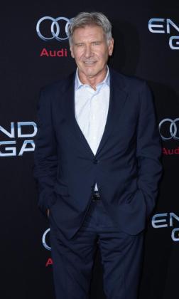El actor estadounidense y miembro del reparto Harrison Ford posa para una fotografía, el lunes 28 de octubre de 2013, a su llegada al estreno de la película 'El juego de Ender' en el Teatro Chino TLC en Hollywood.