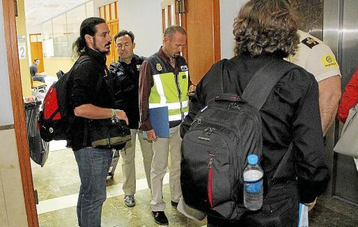 Varios policías se dirigen a la sala para recrear la declaración de la Infanta.