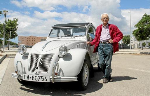 Pedro Galiana, junto a su 2 CV AC-AM de 1965. A la derecha, algunos detalles del vehículo por el que parece no haber pasado el tiempo.